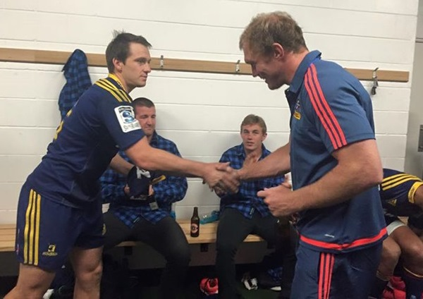 Schalk Burger receives a Highlanders No 7 jersey after his 100th Super Rugby game