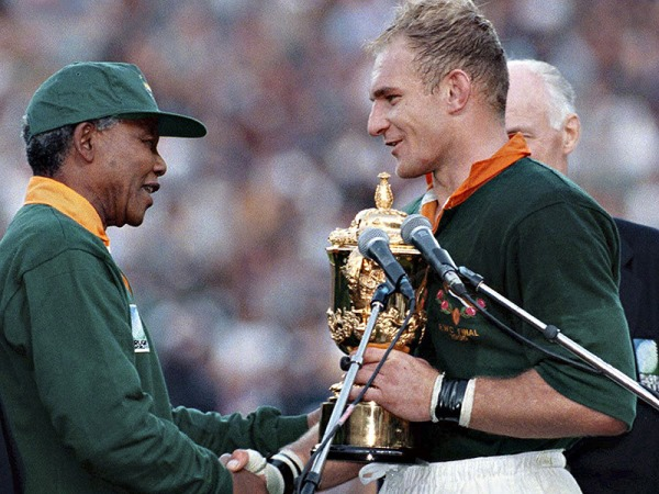 Nelson Mandela & Francois Pienaarin 1995, winning the Rugby World Cup